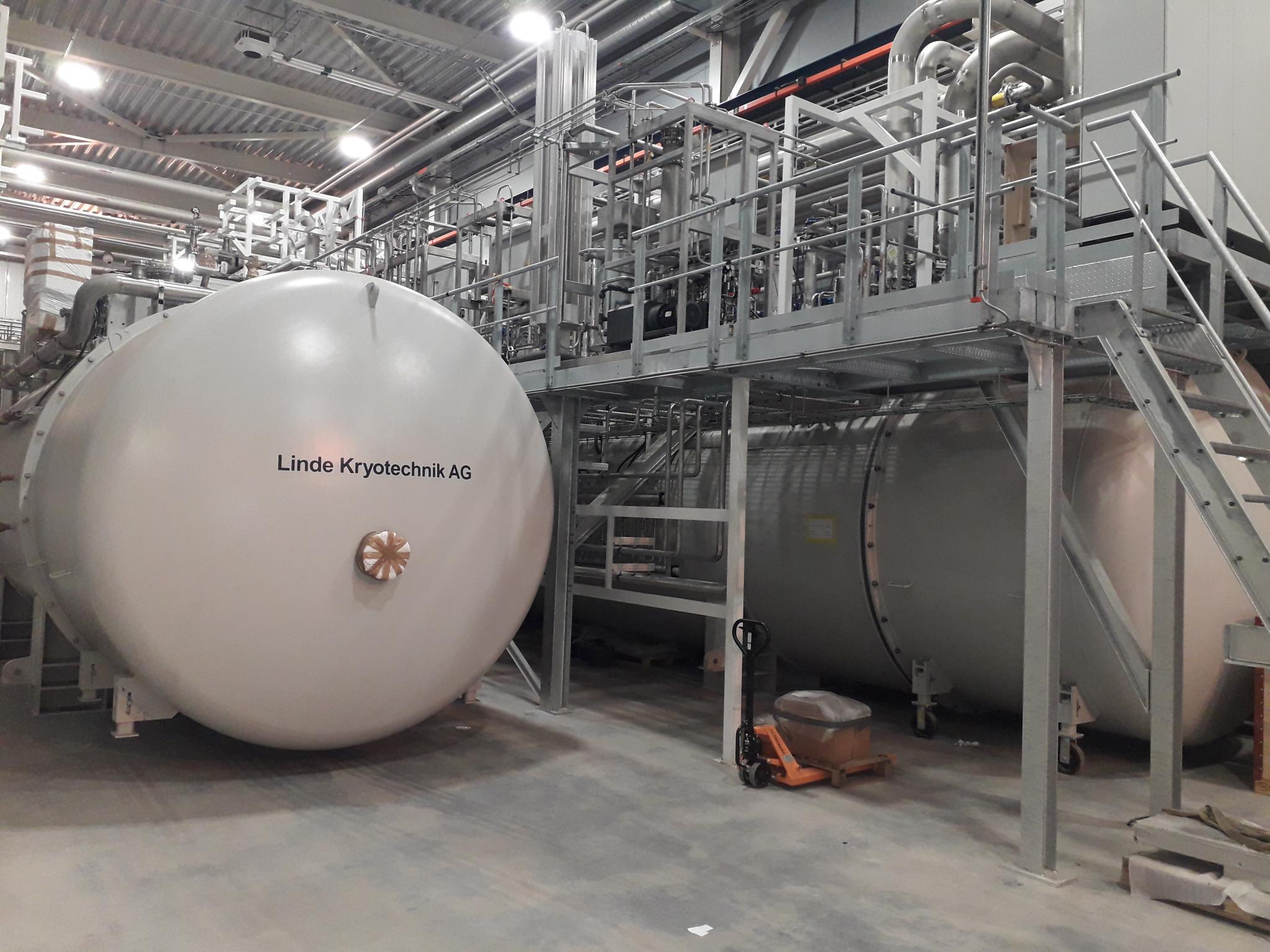 Nach über einem Tag Arbeit erreicht die TMCP ihren Platz in der Halle neben ihrer Schwester der Beschleuniger-Kryoanlage (Accelerator Cryogenic Plant ACCP). Die Installation und Einrichtung des gesamten Kühlsystems wird noch Monate bis zu einem Jahr dauern. (Credit: Ole Øystein Bakke/ESS)